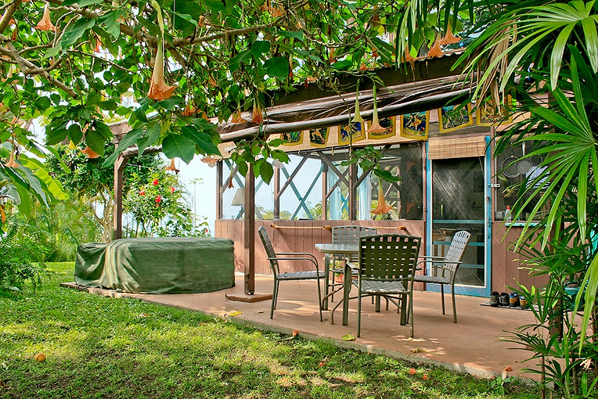 Tropical Hideaway Studio apartment with covered patio and private hot tub
