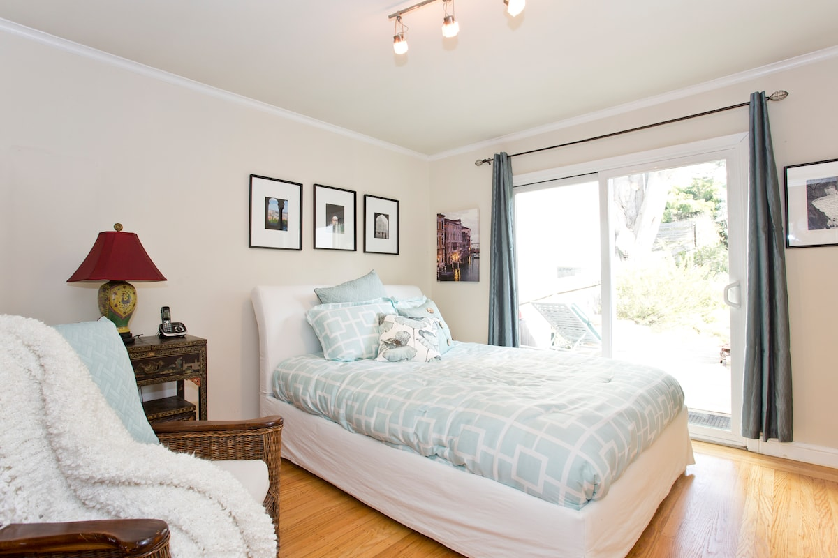 Guestroom with Queen bed and access to garden