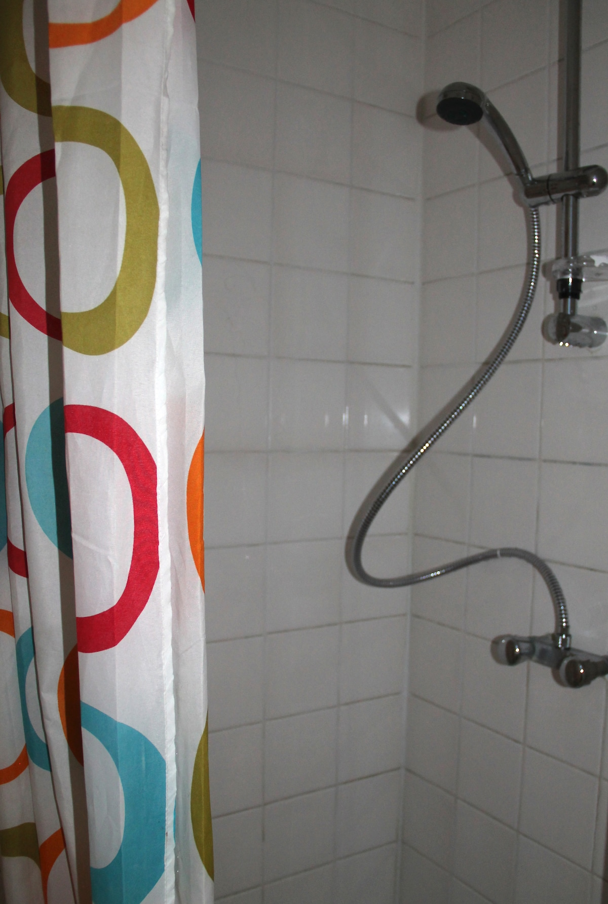Badkamer met douche.  Bathrom with shower.