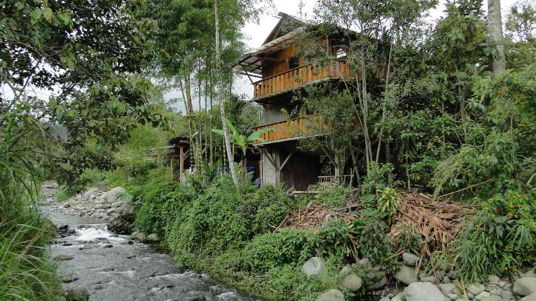 The house is situated on the side of the small river Canchupi.
