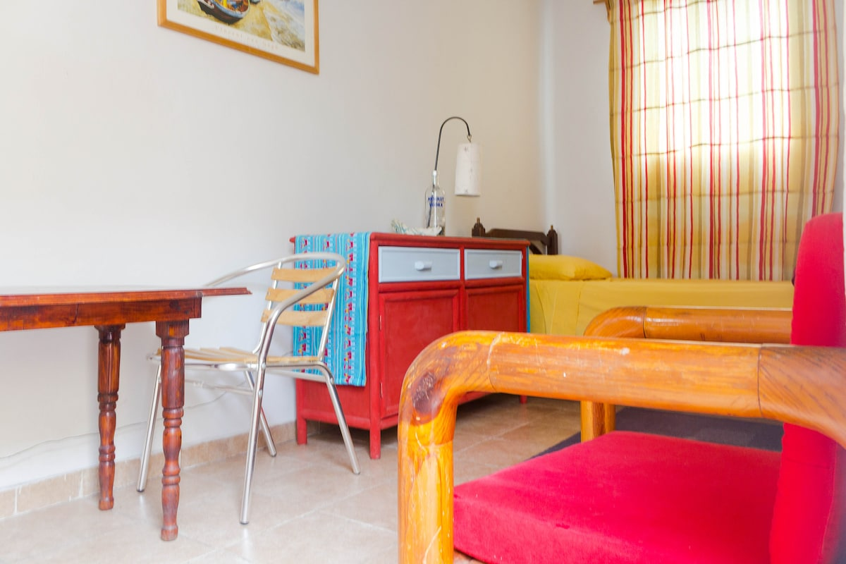 """""""Chavela"""" Private & Furnished Room"""