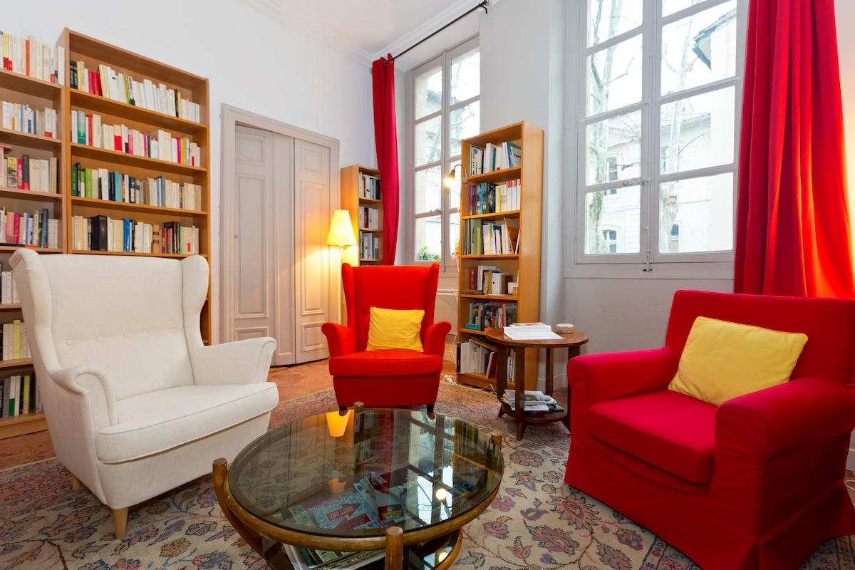 Le salon, avec une grande bibliothèque où de nombreux livres sur la région sont à votre disposition.