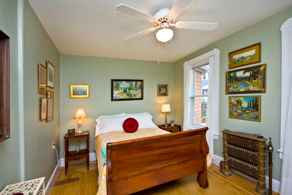 Winthrop Bay Room  - beautiful iron radiators, antiques and artwok to enjoy