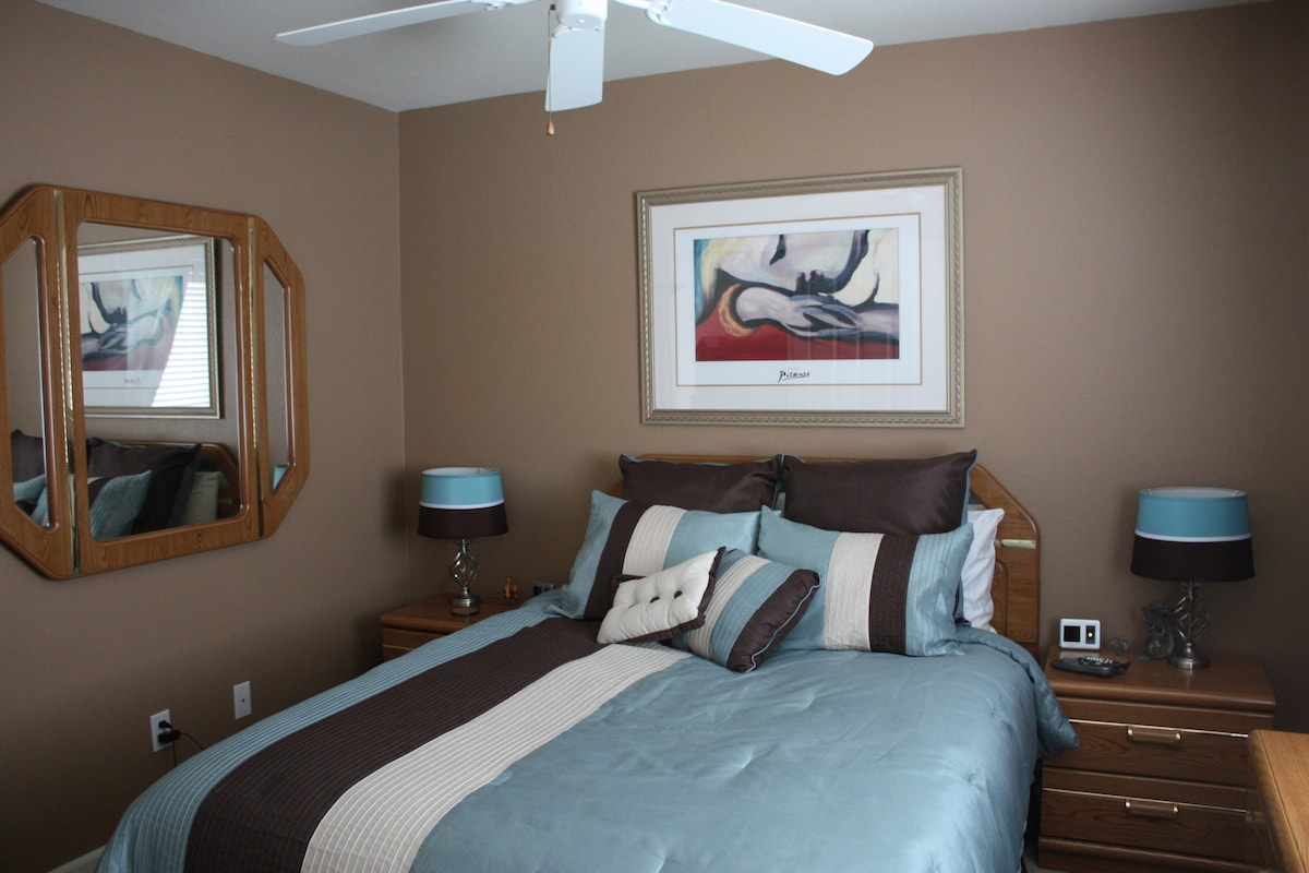 queen bedroom with dual heating blanket (note controllers on nightstands). Down feather bed (I can remove if allergies)