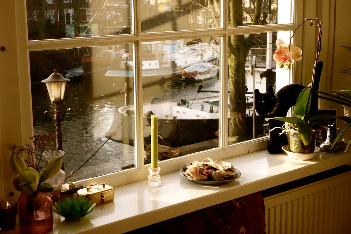 LIVING -ROOM CANAL VIEW