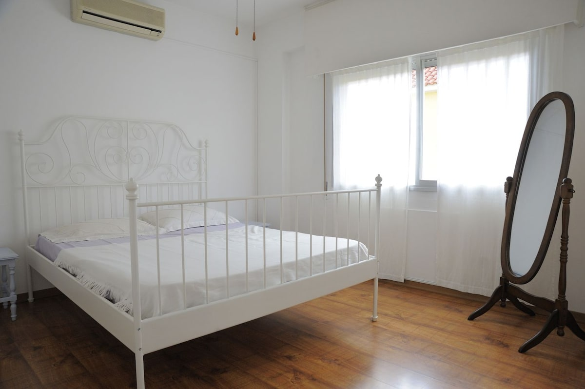 1st BedRoom with 1 DOUBLE Bed, Big Closet, Ceiling Fan, Window
