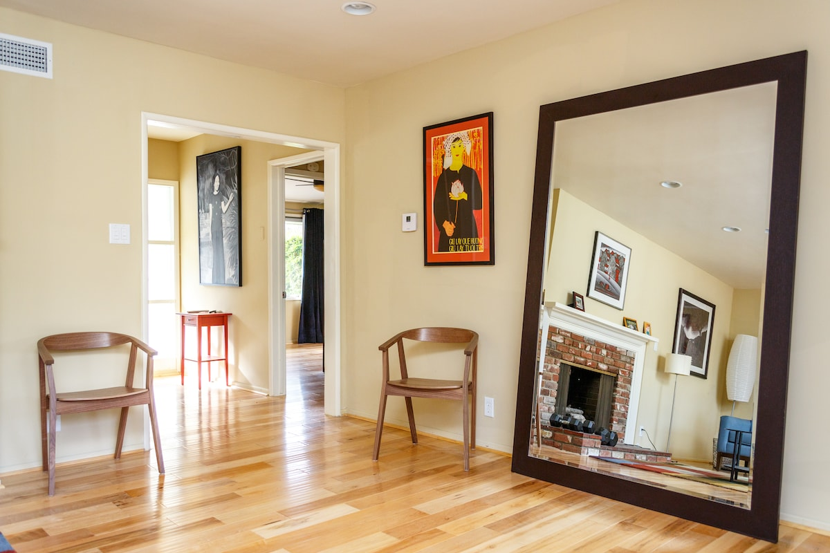 3BD/2BA Pool House in the Village