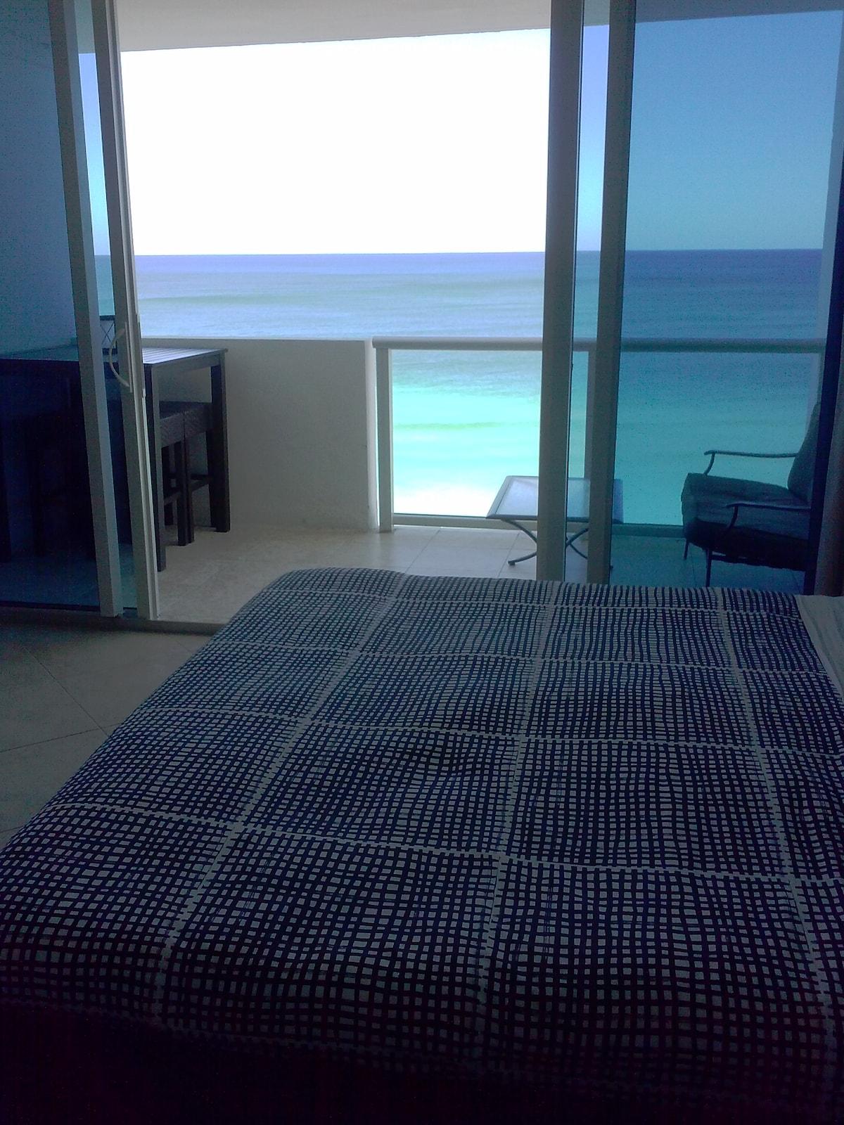 Oceanfront Studio w Private Balcony