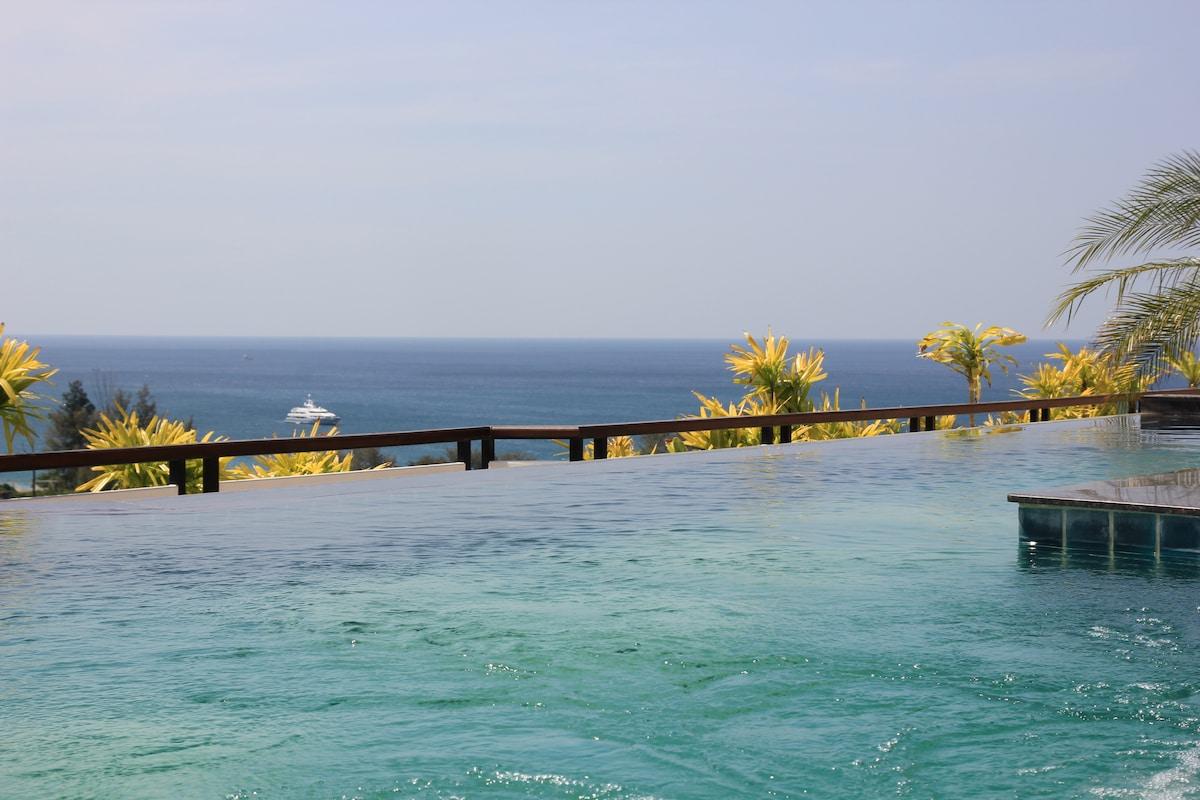 Бассейн на крыше с панорамным видом на море.