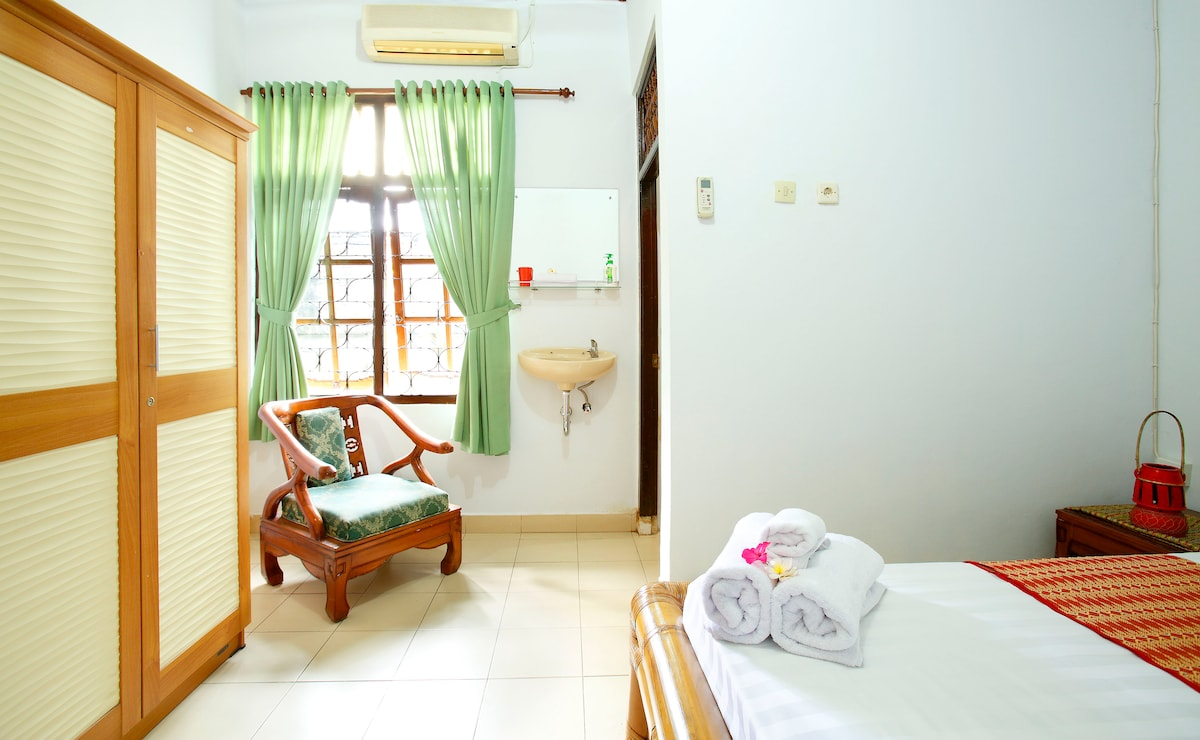 queen size bed with robe and ensuite and aircon