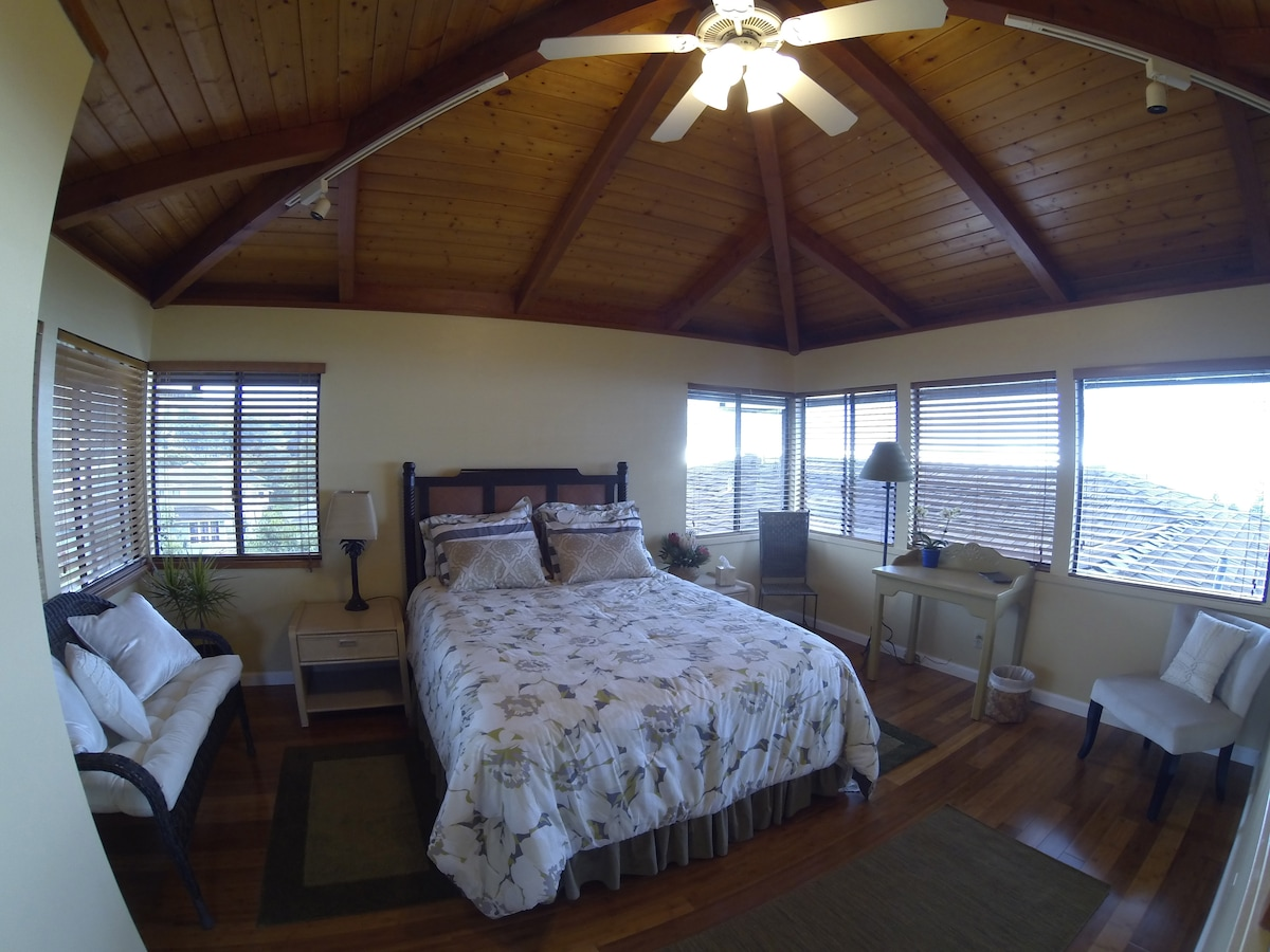Very light and airy bedroom with ten windows on four sides with spectacular mountain and ocean views. Bamboo floors.
