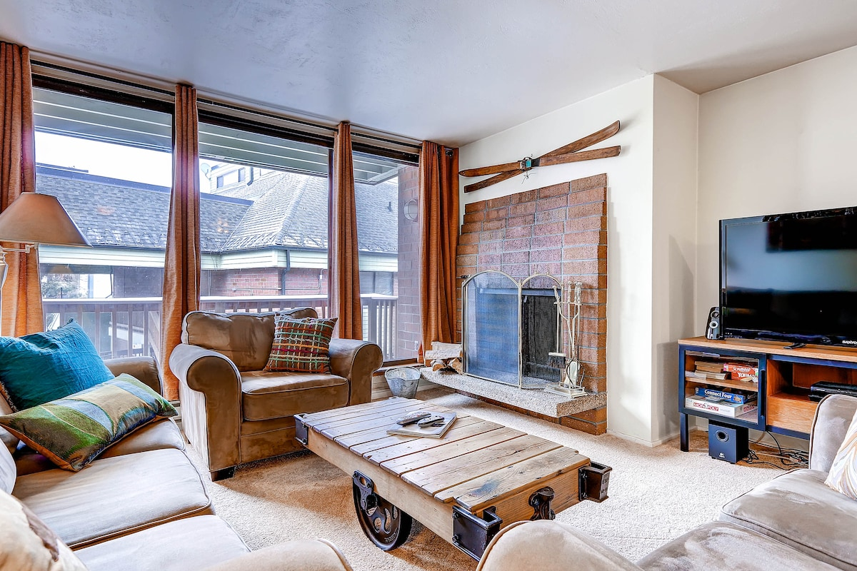 Welcome to Silver Town, Living Room with deck and fireplace