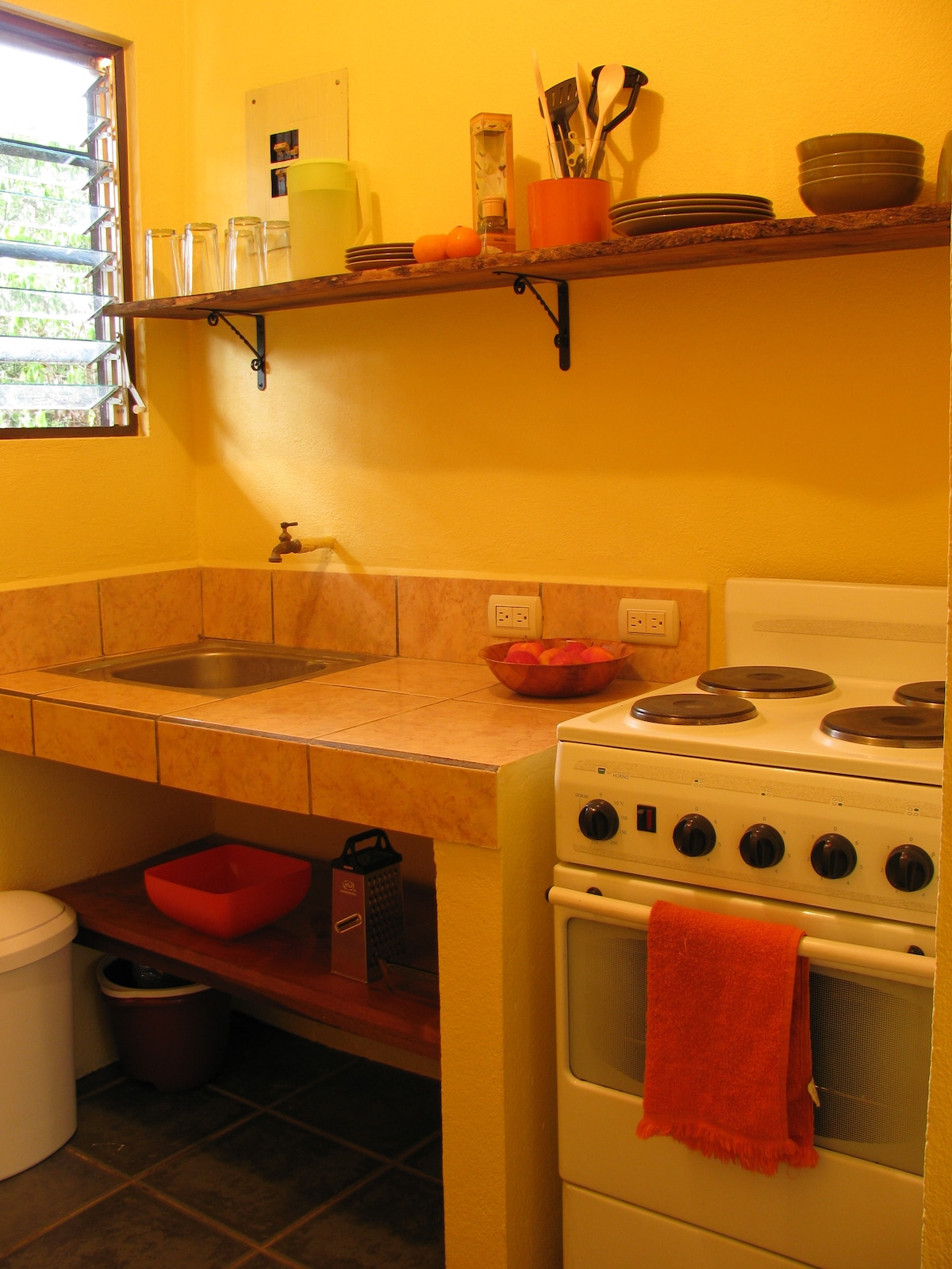 Kitchen includes full stove/oven, full fridge/freezer and all kitchenware.