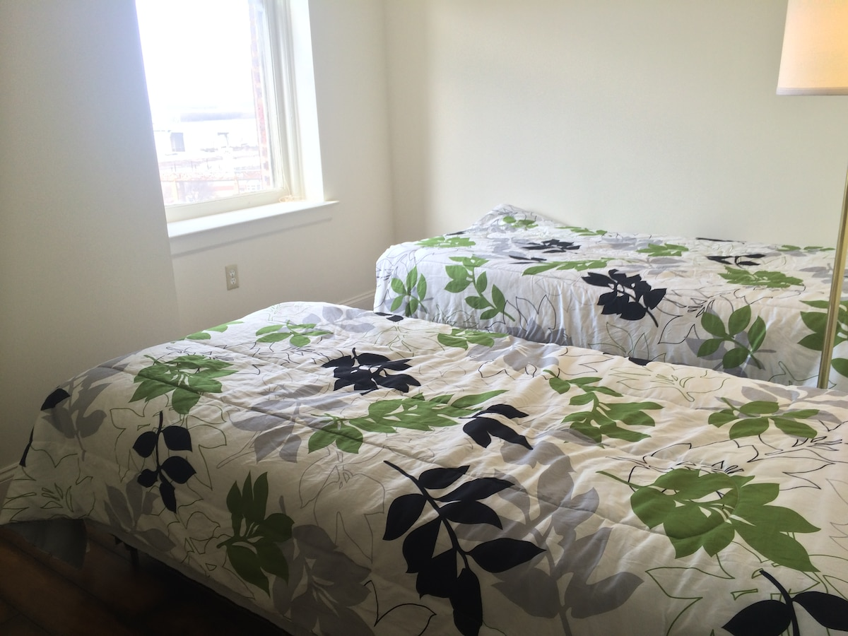 Walk to Beale 2 BR - Single Beds