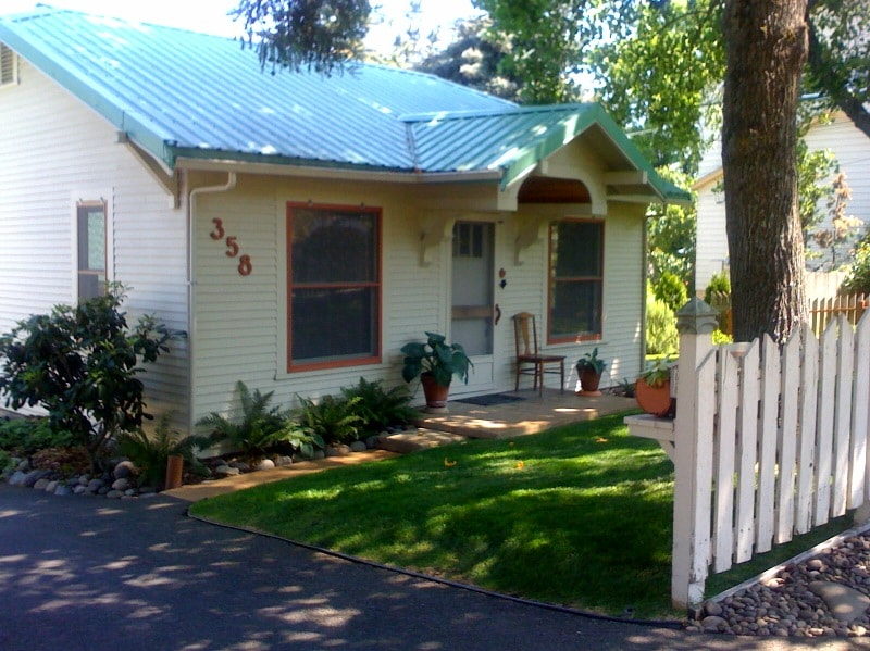 Classic 1931 cottage in a quiet neighborhood four blocks north of downtown- an easy walk to everything.
