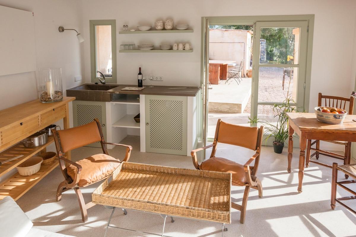 Küche mit zwei Herdplatten, die sowohl innen als auch außen benutzt werden können, Backofen und in der Sommerküche der Gasgrill