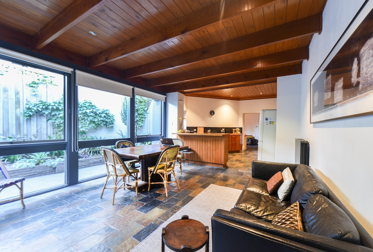 Spacious kitchen and dining area. Perfect as your 'shopping-recovery' room.