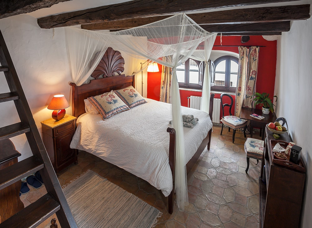LOVELY DOUBLE BED IN RUSTIC HOUSE