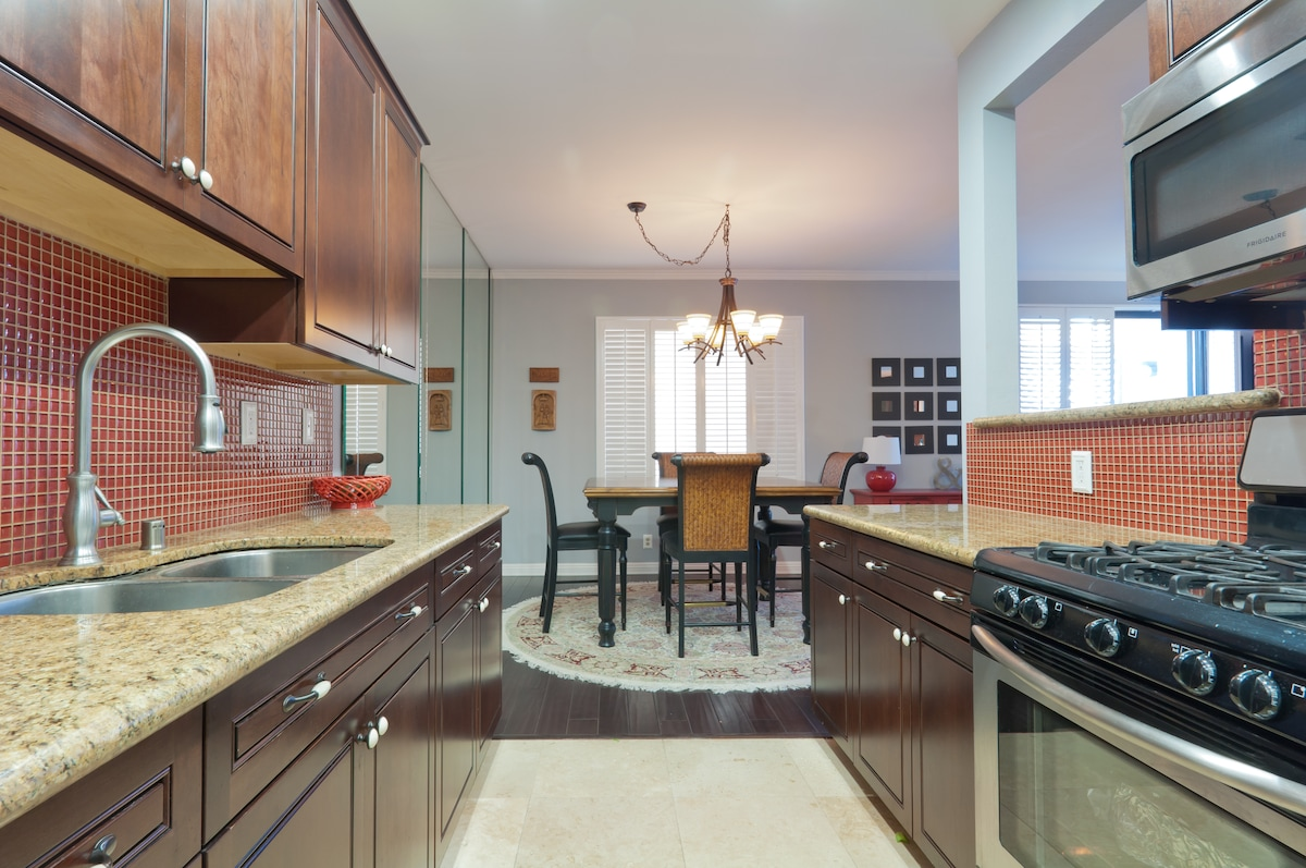 Fully equipped kitchen, I can even give you space in the fridge.