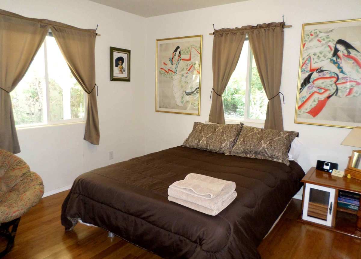Queen bed, nice quality linens, stereo, closet and artwork