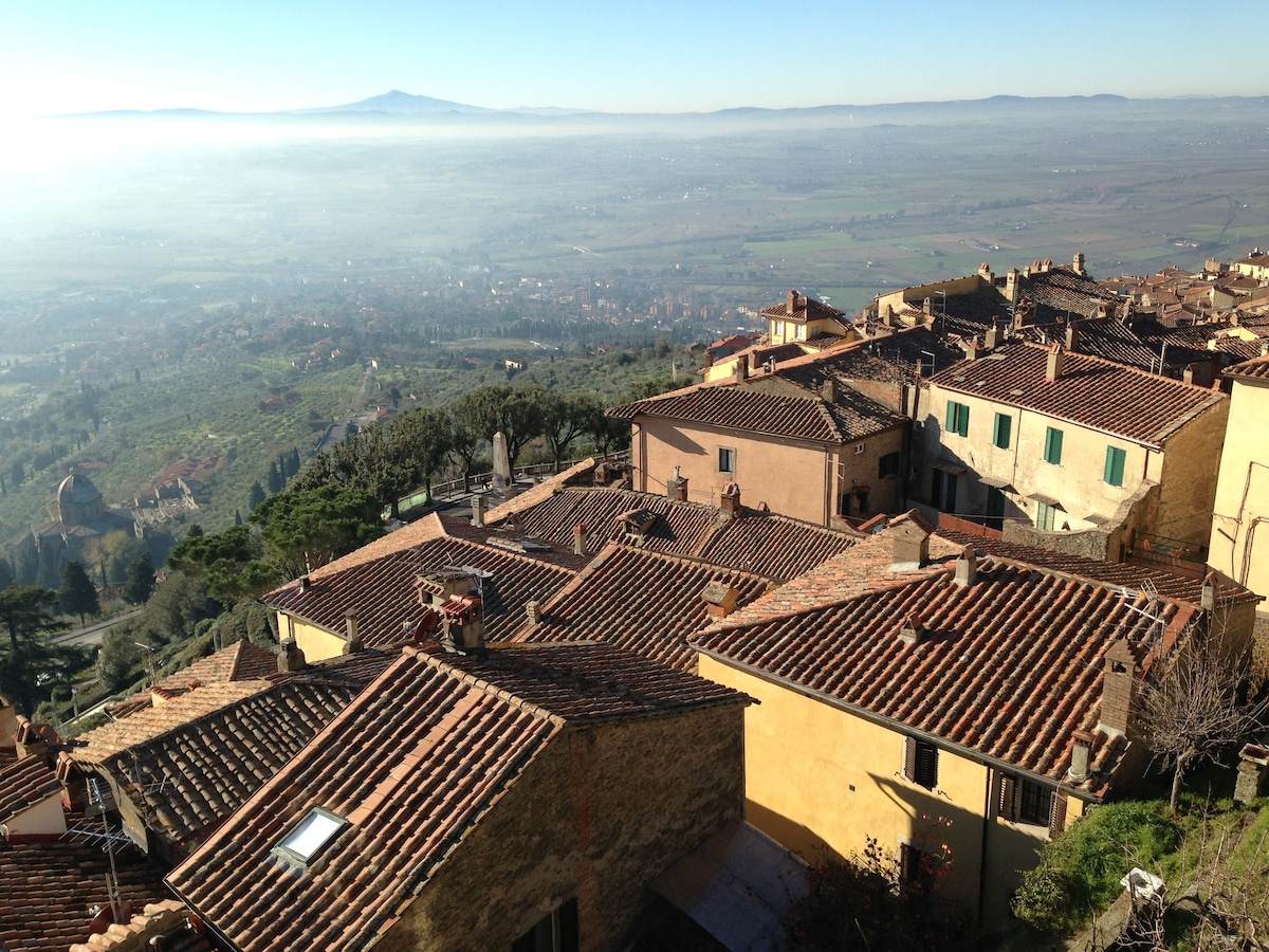 I tetti di Cortona, la valle, il monte Amiata