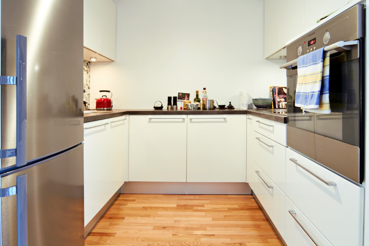 Fully equipped kitchen, incl dishwasher. Get inspired by our beautiful cookbooks (photo: K. Treimann)