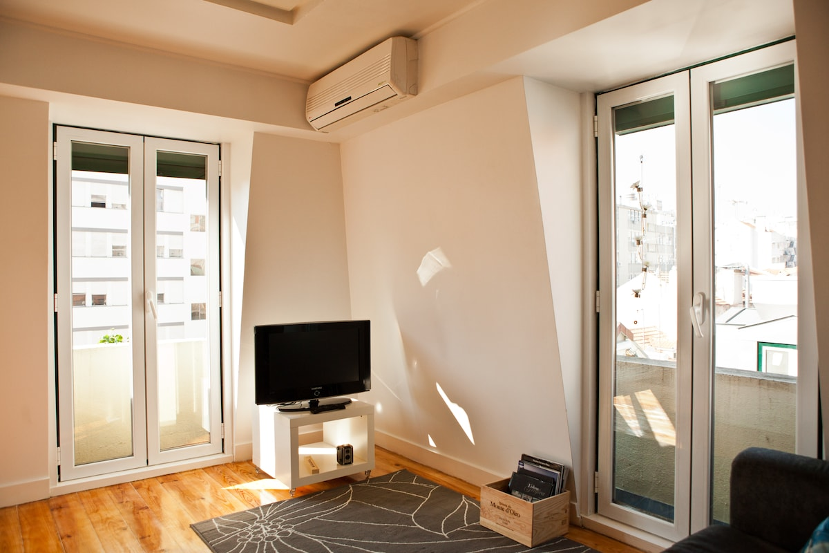 Cable TV with more than 100 channels (including the main international ones), Hi-speed Wi-Fi & A/C