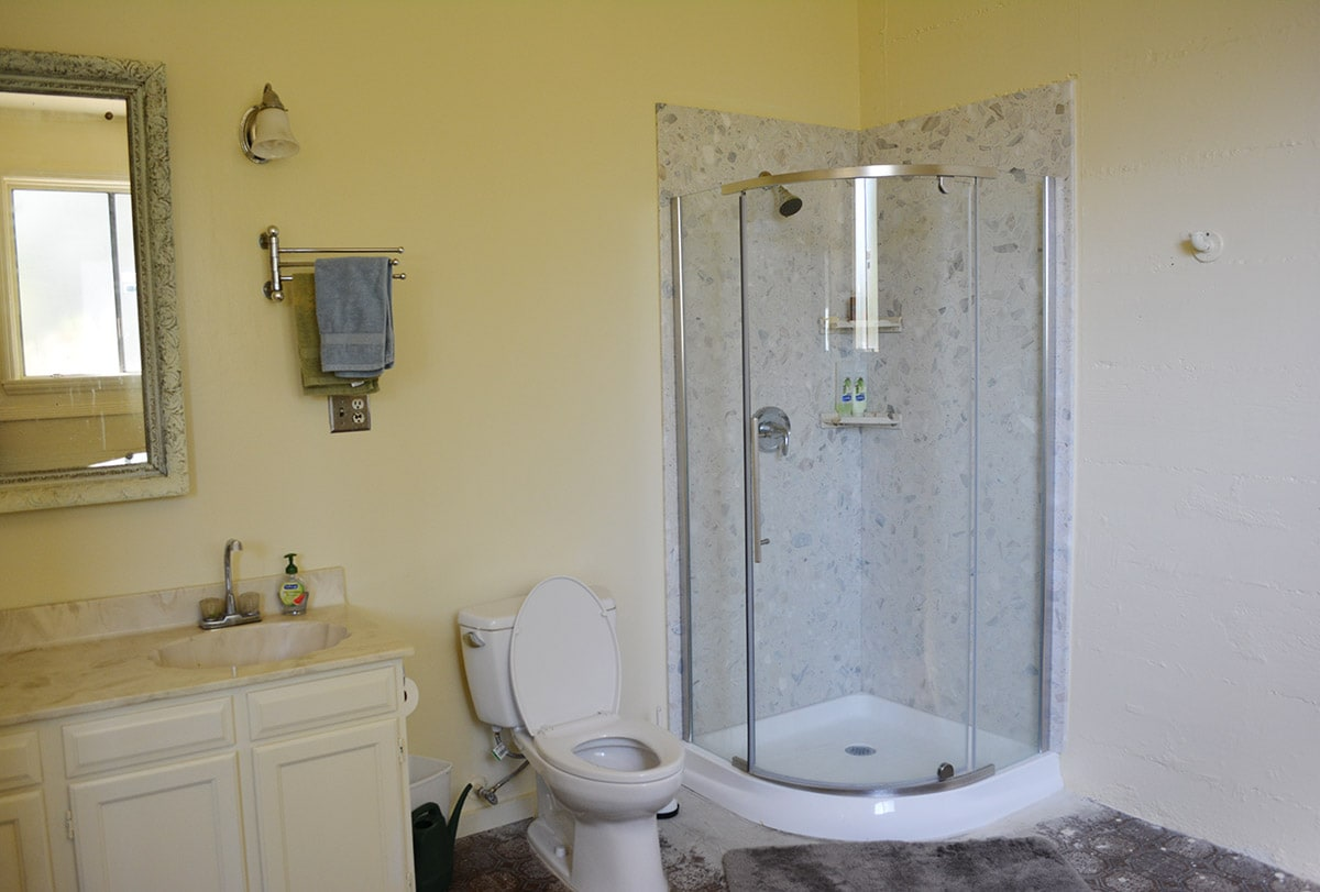 Huge bathroom, new shower, new toilet, great water pressure!