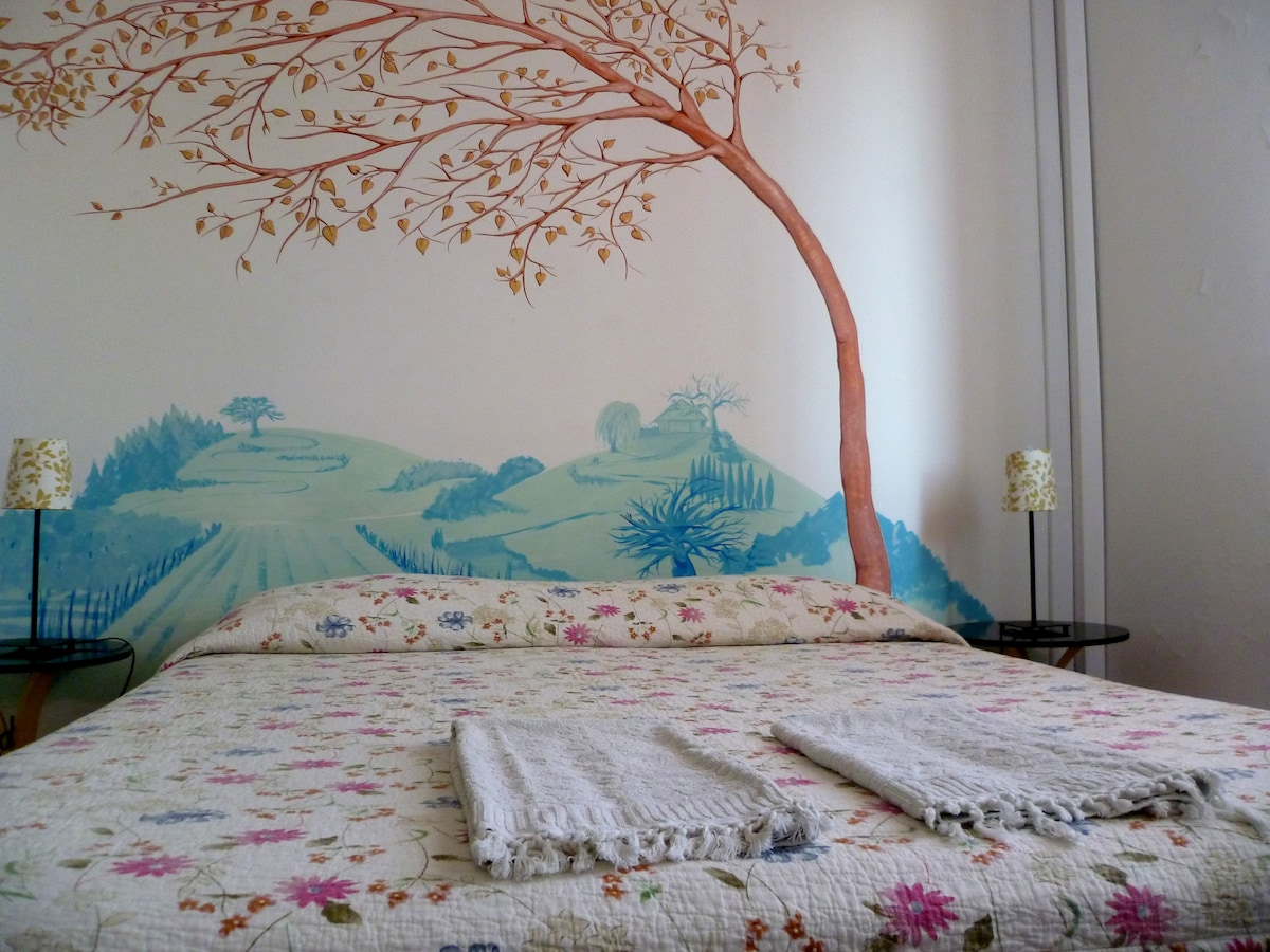 Room ' Cuor ' = heart! A sweet double with view to Fiesole green hills! Sleeping under the protective tree painting!