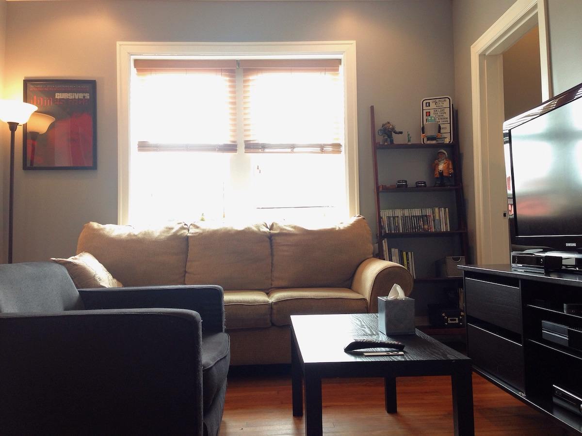 Private windows throughout with a third floor view and plenty of lounging space.