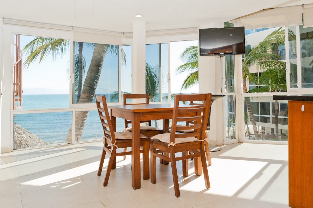 Beach front 1BR perfect location