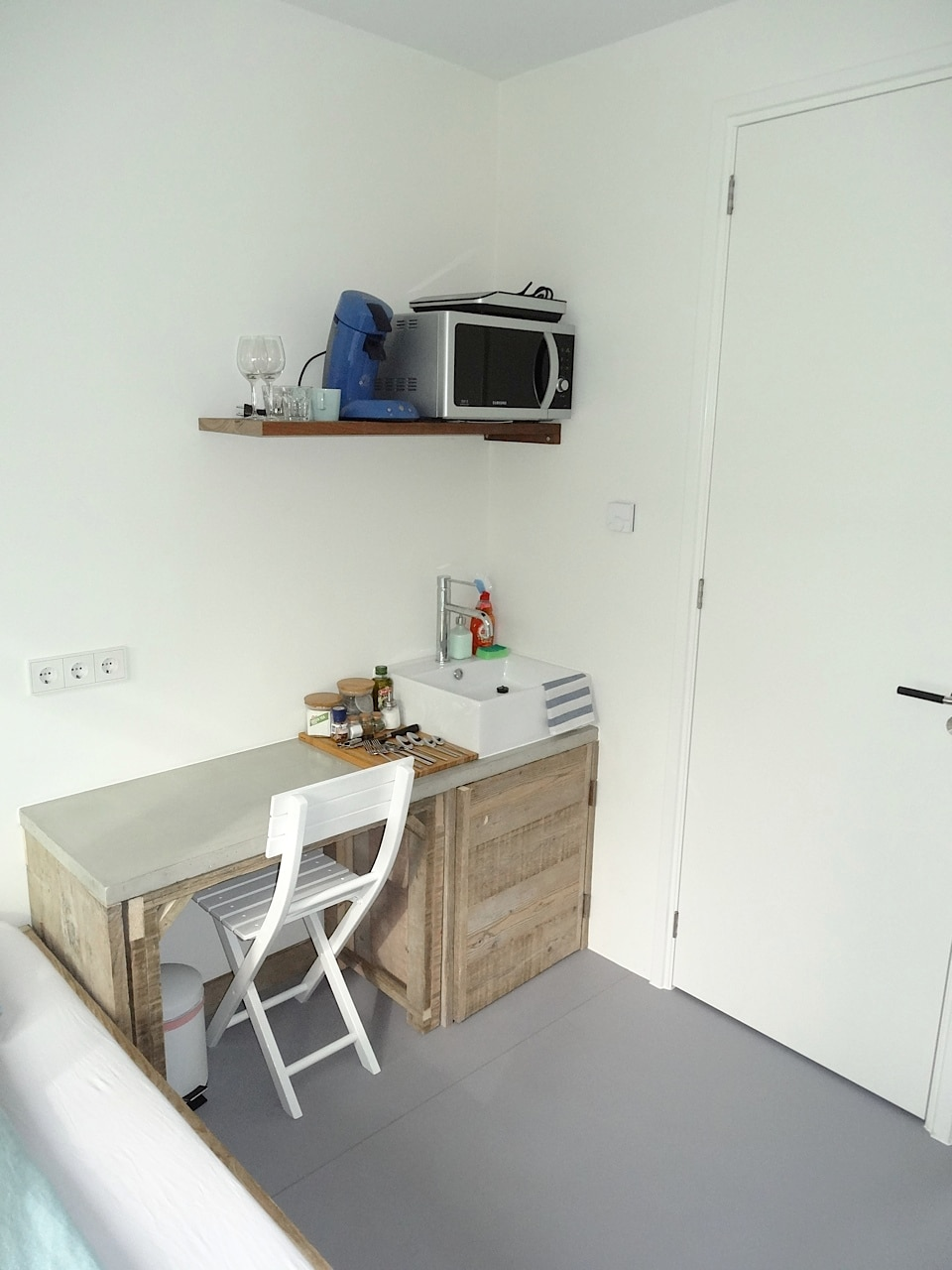 Simple desk and all necessary cooking equipment are present
