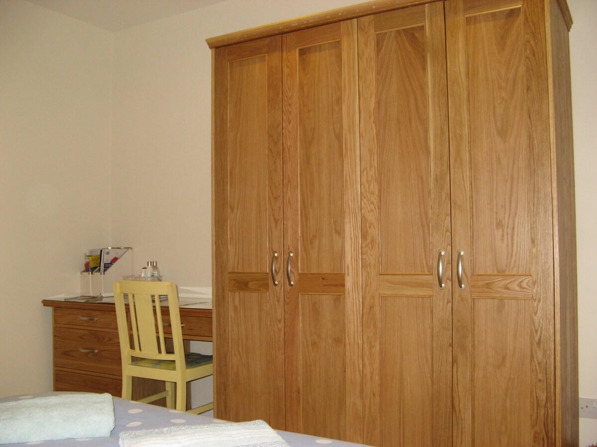 Guest bedroom 1: wardrobe & desk/dressing table