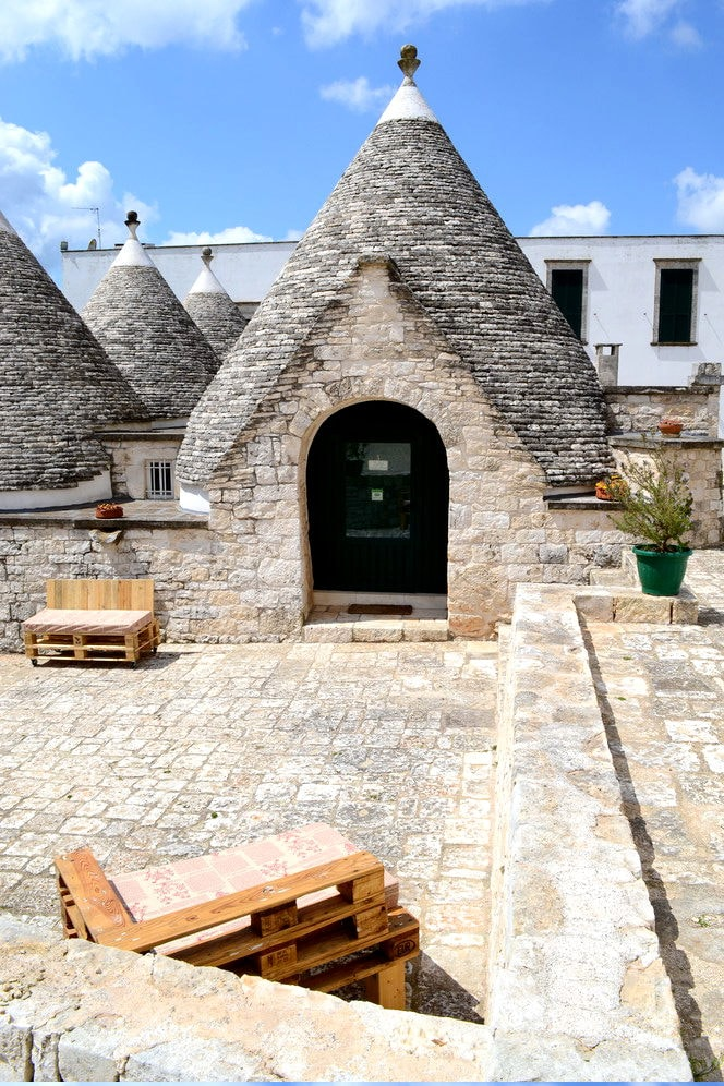 ... and its stone patio with benchs - Il cortile