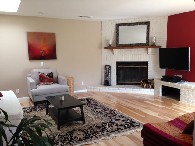 Cozy family room with fire place and flatscreen TV-Home is equipped with Cable and Wifi.