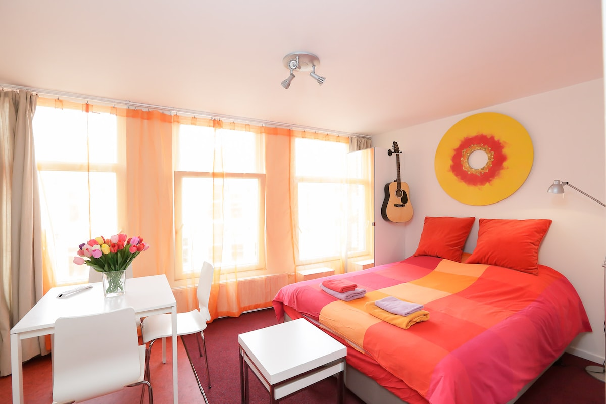 Private studio (1) third floor incl. kitchenette and free WIFI