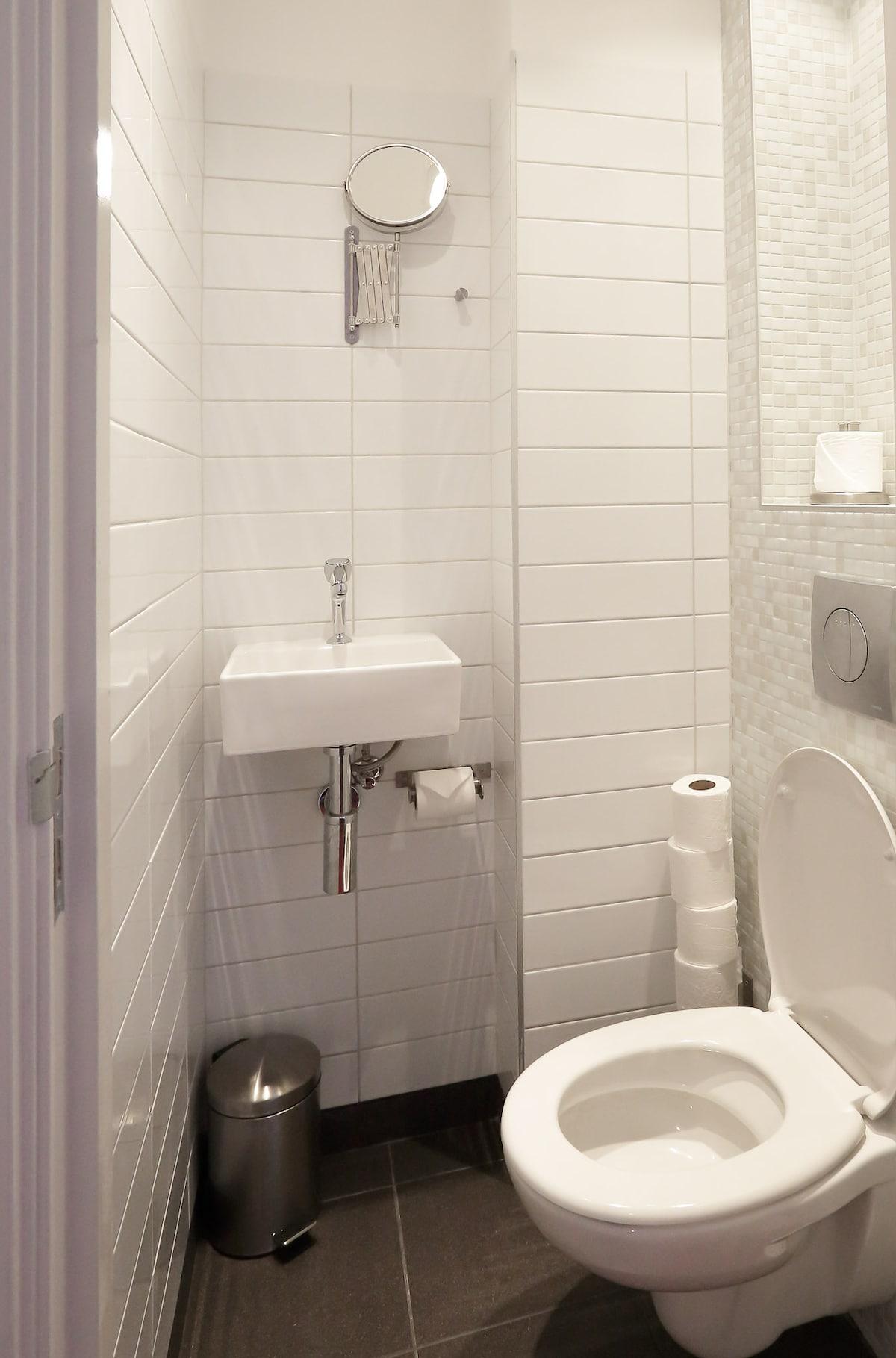 Separate private toilet in the studio (1)