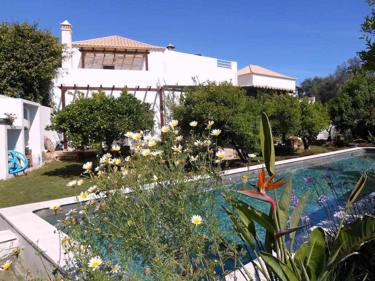 QuintaLuz abrite deux chambres d'hôtes au premier étage, en surplomb de la piscine