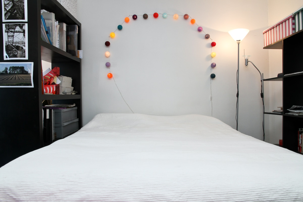 Queen size bed. For a third person you have a nice inflating mattress.