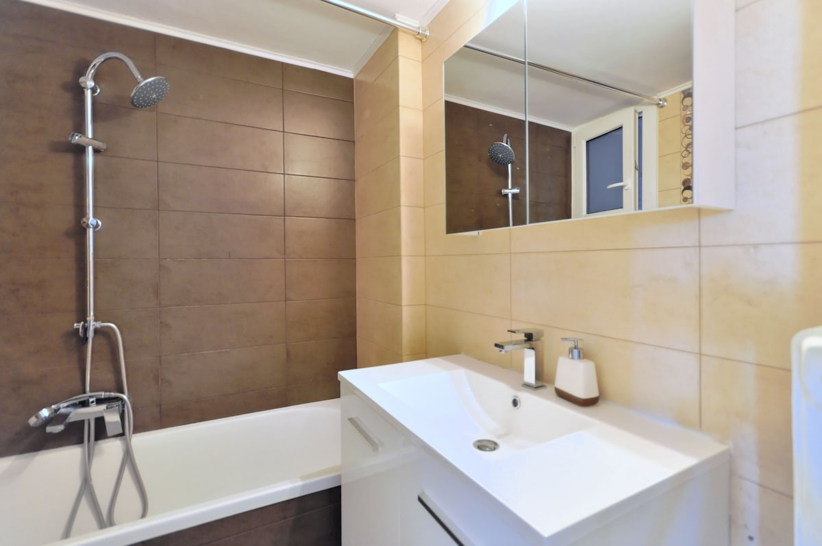 Have a quick double shower before you hit the road... or Relax with a hot bath after a day out in Acropolis