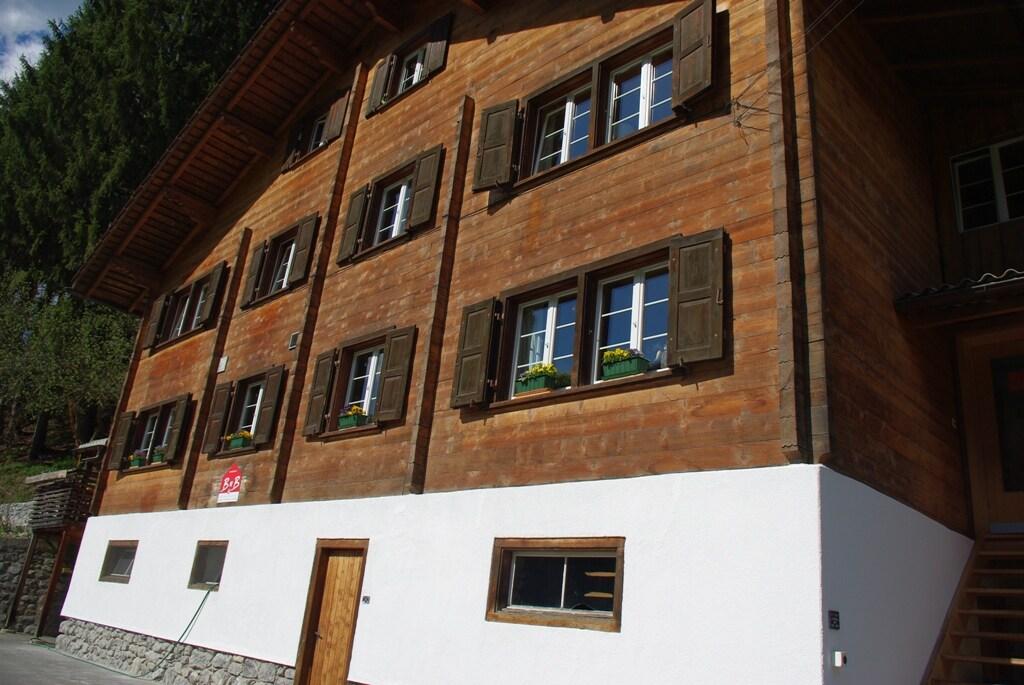 Gästezimmer in grossem Holzhaus