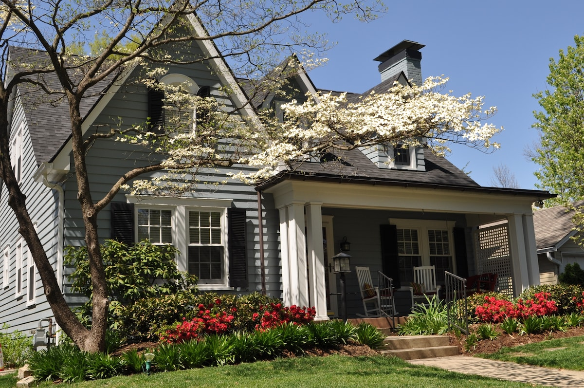 The sun shines bright on this Kentucky Derby home!