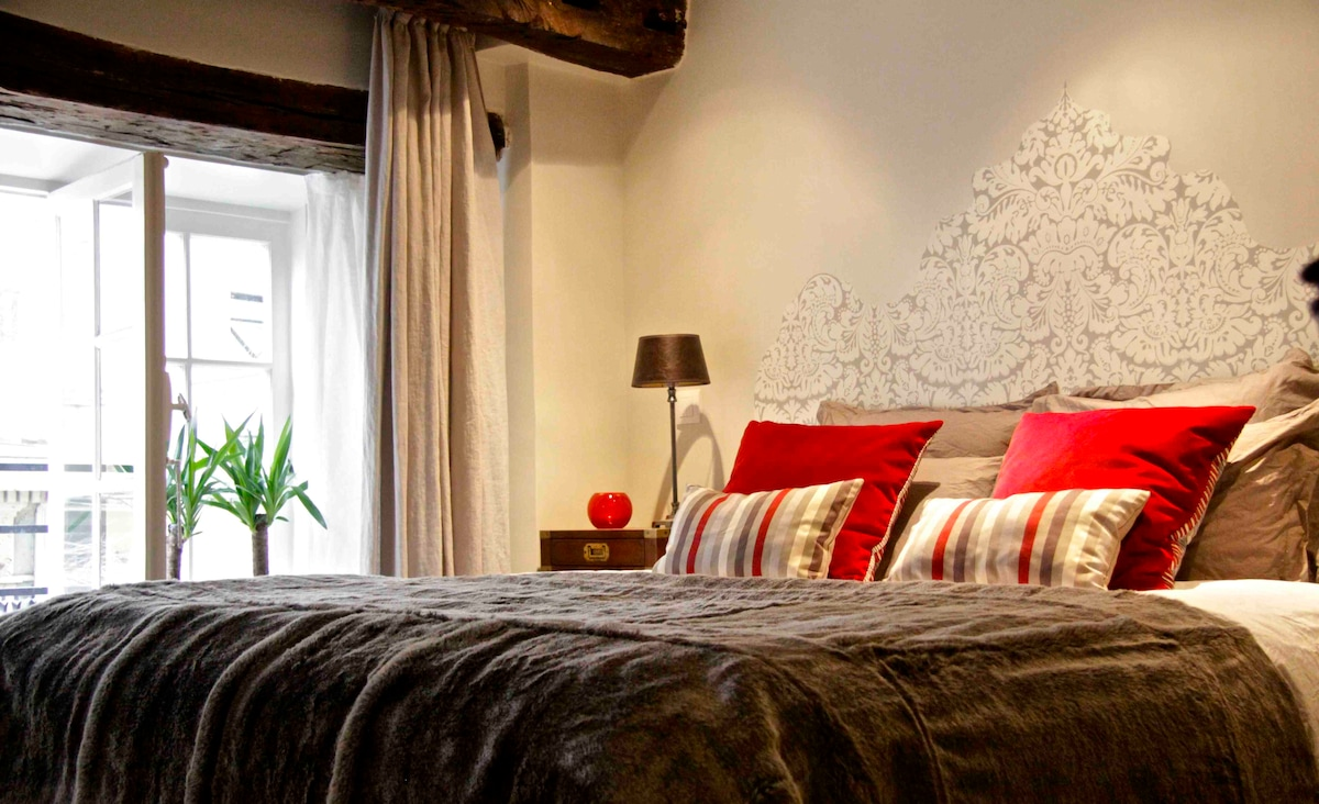 Sweet dreams are made of this: the most comfy bed ever, a view of an ancient cobbled Parisian lane that is TDF, and quite a lovely arabesque hand-painted wall paper sculpture. Oh-la-la!