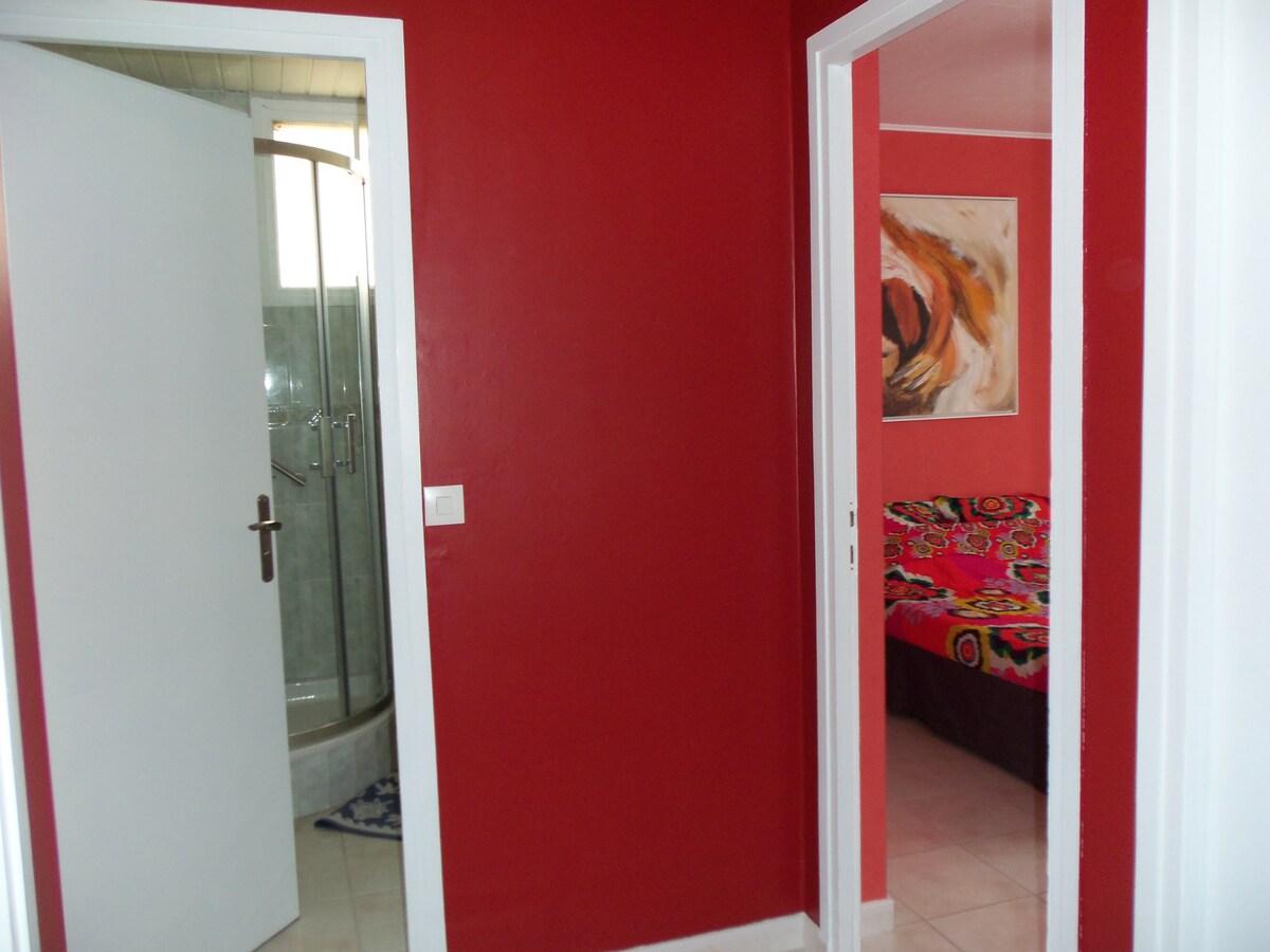 Votre chambre, dans le coin nuit, est à côté de la salle de bain et des toilettes.