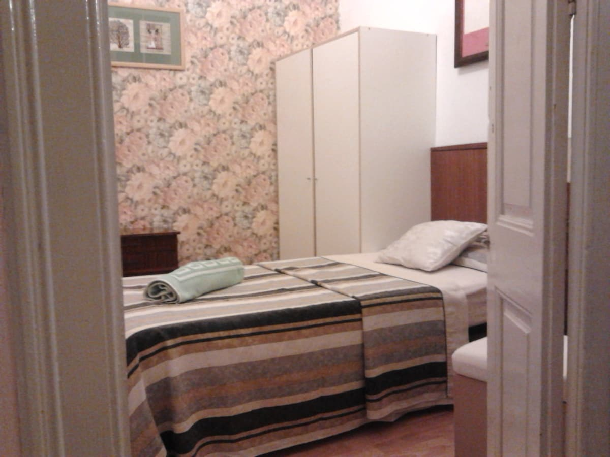 SINGLE CLASSIC ROOM IN THE EIXAMPLE