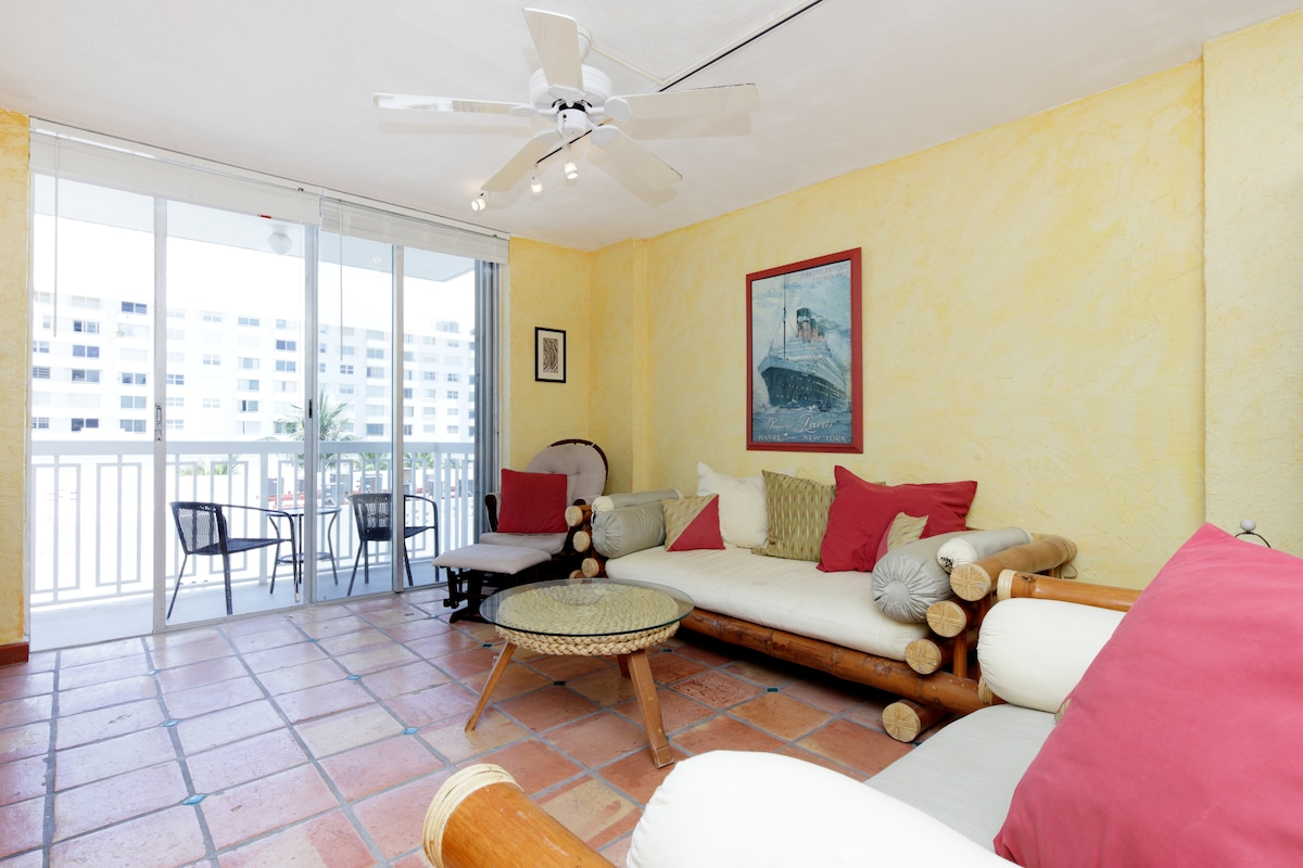 Large Living Room with Plenty of Comfortable Seats, Cable TV and WiFi
