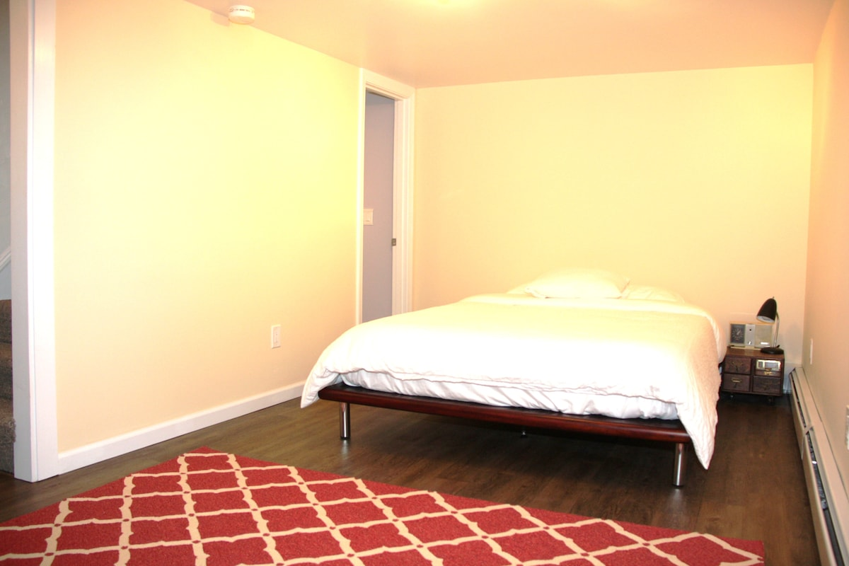 Beautiful room with all new furnishings, including queen-size, Zen Japanese platform bed with memory foam mattress and 100% cotton sheets, always crisp and clean.