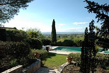 la vue est magnifique sur les montagnes le jardin est vaste et clos et la piscine a un réglage automatique  Il y a des terrasses, salon de jardin, barbecue et des grands pins pour faire la sieste à l'ombre.