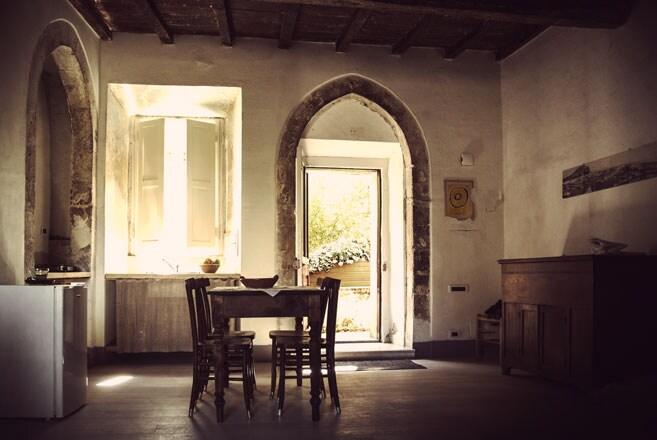 La penombra linda delle stanze mette a riparo dal sole accecante dell'estate mediterranea