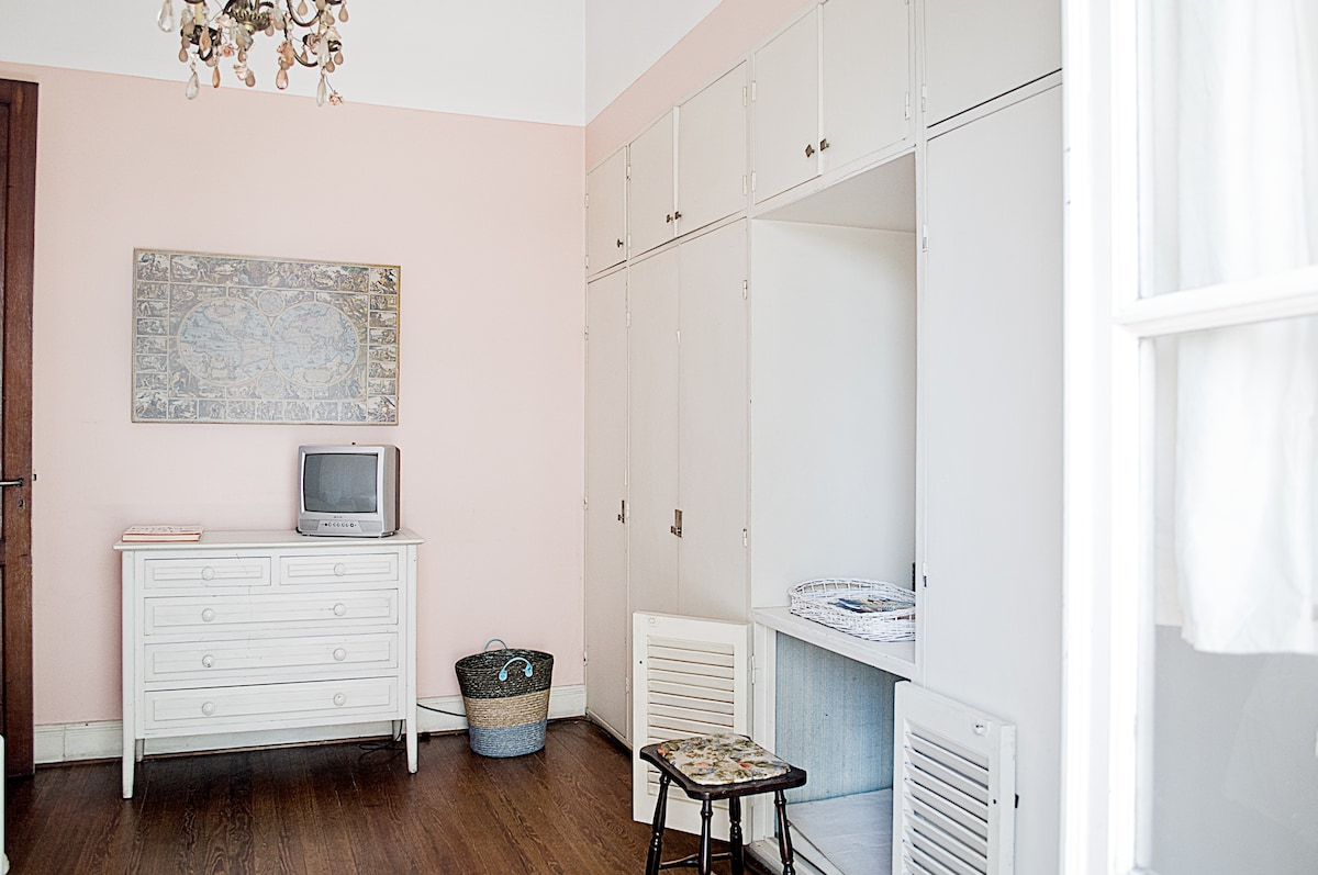 Large room with all comforts: desk, cable TV, WiFi signal, heater, ceiling fan. It also has a very comfortable balcony!  ceiling fan. NOT AVALIBLE NOW.